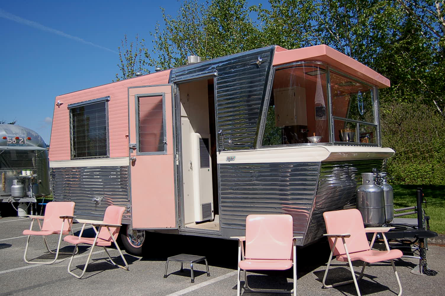 Vintage Holiday House Trailer Pictures and History, from OldTrailer com